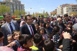 Belediyenin Çocuk Şenliğinde Başkan Kalaycı'ya Sevgi Seli