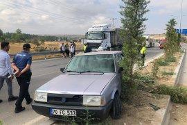 Karaman'da tıra çarpan otomobil refüje çıktı: 1 yaralı