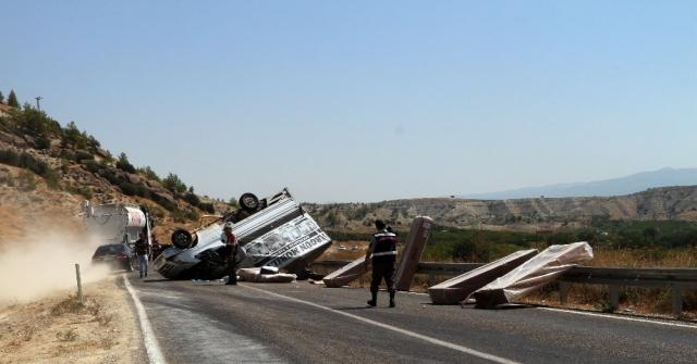 Mobilya Taşıyan Kamyonet Takla Attı: 3 Yaralı