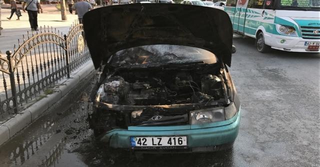 Kırmızı Işıkta Bekleyen Otomobil Alev Alev Yandı