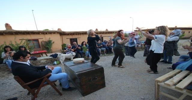 Sanatçıların Köyünde 'Güvey Okşaması Canlandırıldı