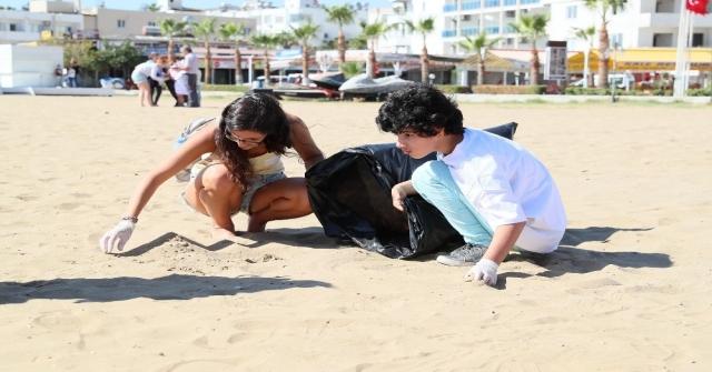 Avrupalı Öğrenciler, İşitme Engellilerle Birlikte Kızkalesi Sahilini Temizledi
