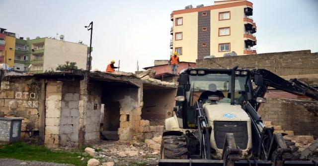 Akdenizde Metruk Binaların Yıkımı Sürüyor