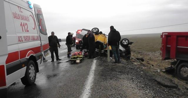 Kamyon İle Otomobil Çarpıştı: 1 Ölü, 2 Yaralı