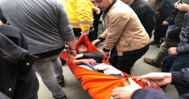 Bıçakladığı Kişiyi Sedyeyle Ambulansa Alınırken Tekmeledi
