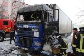 Karaman'da park halindeki tır alev alev yandı