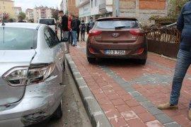 Çocuklara çarpmak istemeyen sürücü otomobile çarptı: 2 yaralı