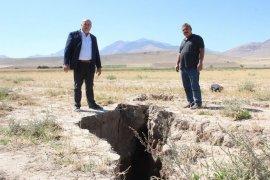 Konya'da görünen yüzey yarıkları Karaman'da da oluştu