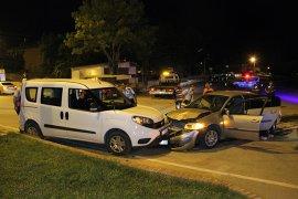 Otomobil sivil polis  aracına çarptı