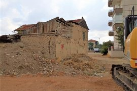 Tehlike Saçan Metruk Binalar Yıkılıyor