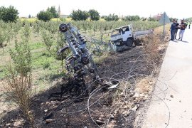Karaman'da kamyonetin çarptığı yüksek gelirim direği yıkıldı