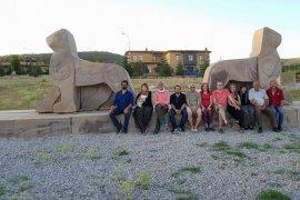 Şükran köyünün sakini sanatçıların türkü eşliğinde çapa imecesi