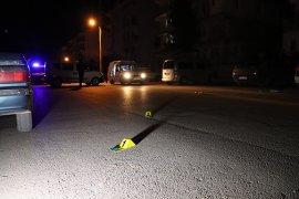Karaman'da ikamete tüfekle ateş edip kaçtılar