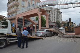 Vinç üst geçide çarptı, yıkılan beton blok otomobilin üzerine düştü