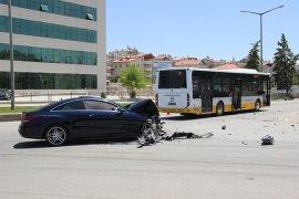 Lüks otomobil, belediye otobüsüne çarptı: 2 yaralı