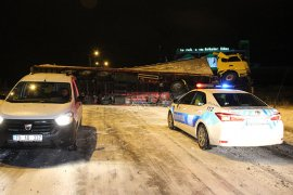 Karaman-Konya yolu devrilen tır nedeniyle ulaşıma kapandı