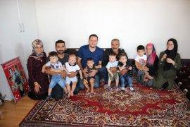Şehidin ailesi, şehidin adını taşıyan bebekler ile  bir arada