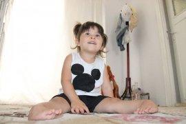 Üç yaşındaki Ecrin, artık yürümek istiyor