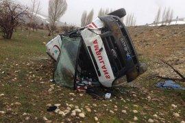 Hasta sevkinden dönen ambulans şarampole devrildi: 3 yaralı
