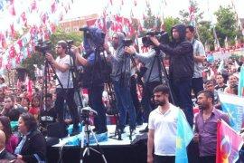 Binlerce Karamanlı Meral Akşener'i yağmur altında dinledi.