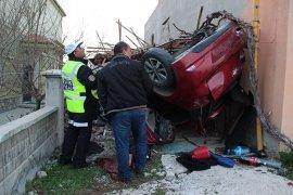 Kontrolden çıkan otomobil garaja çarptı: 4 yaralı