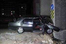 Otomobil üst geçidin beton ayağına çarptı: 2 yaralı