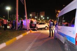 Polis Aracına Çarptı 2'si Polis 3 Kişi Yaralandı