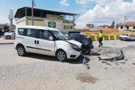 Hafif ticari araçla otomobil kafa kafaya çarpıştı: 6 yaralı