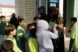 Saadet Partisi Karaman Kadın Kolları çocuklara dergi dağıttı.