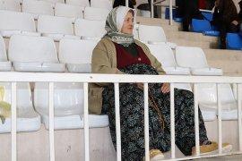Tribünlerin 59'luk Emine Teyzesi'nden Sporcu Kızına Destek
