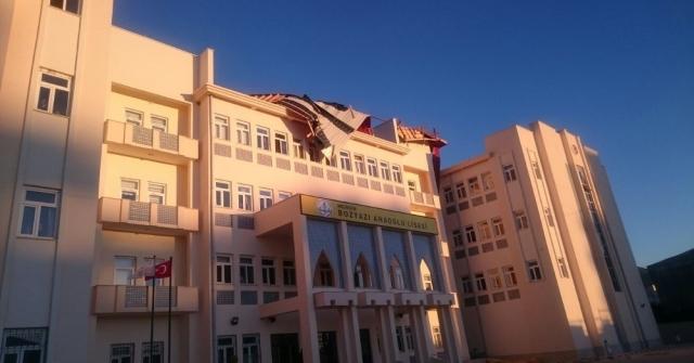 Poyraz, Bozyazıda Okulun Çatısını Uçurdu