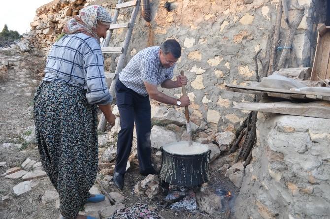 Silifke Belediye Başkanı Mustafa Turgut, Köylü Kadınlarla Tarhana Yaptı