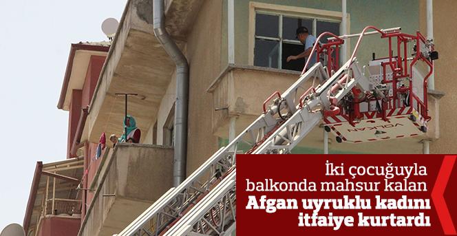 Balkonda mahsur kalan Afganistanlı kadını itfaiye kurtardı