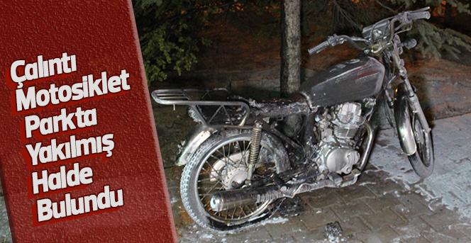 Çalıntı motosiklet parkta yakılmış halde bulundu