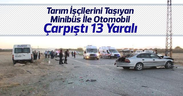 Minibüs İle Otomobil Çarpıştı: 13 Yaralı