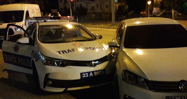 Alkollü sürücü park halindeki polis aracına arkadan çarptı