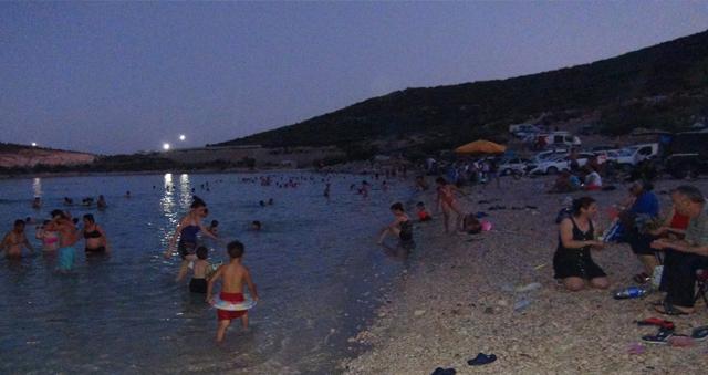 Silifkeliler aşırı sıcaklarda denize gece giriyor