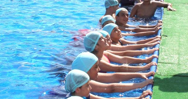 Çocuklar hem yüzme öğreniyor hem de eğleniyorlar