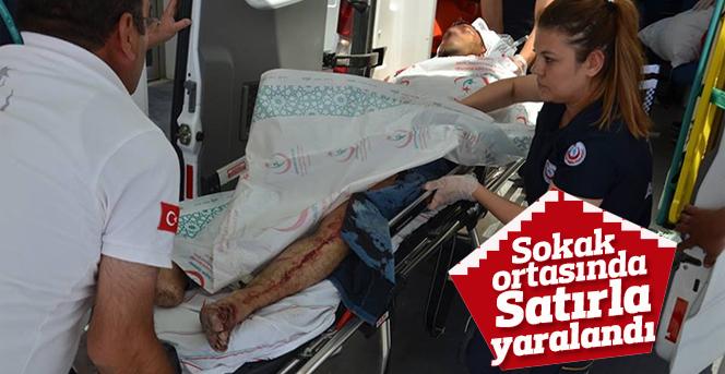 Sokak ortasında satırla yaralandı