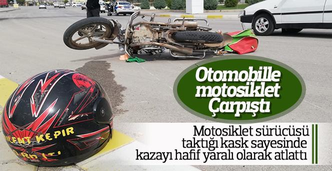 Otomobille çarpışan motosiklet sürücüsünü kaskı kurtardı