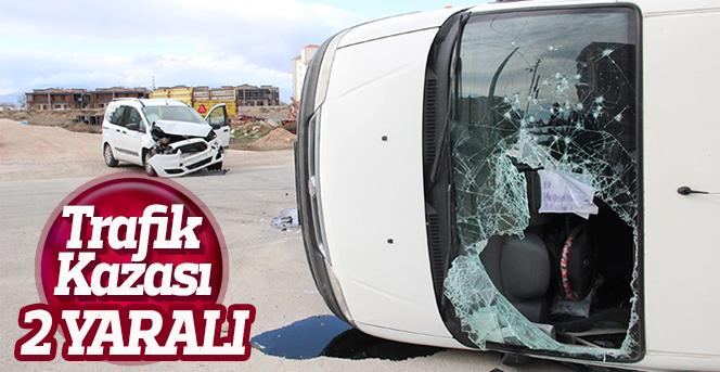 Ticari araçla kamyonet çarpıştı