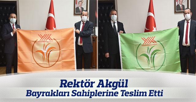 Rektör Akgül, Bayrakları Sahiplerine Teslim Etti