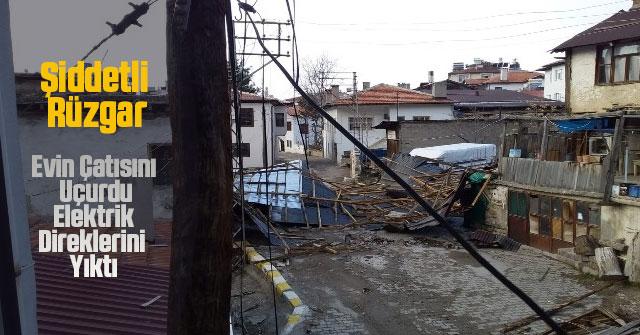 Şiddetli Rüzgar Evin Çatısını Uçurdu, Elektrik Direklerini Yıktı