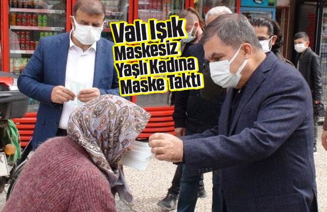 Maskesiz dışarı çıkan kadına Vali kendi elleriyle maske taktı