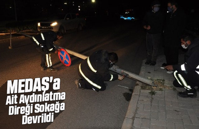 MEDAŞ'a ait aydınlatma direği sokağa devrildi
