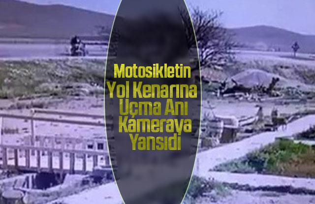 Motosikletin yol kenarına uçma anı kameraya yansıdı